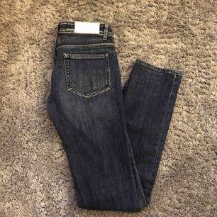 Säljer mina fina acne jeans 👖 pga av att dom är försmå. Köpte dom för ca 1700krHårt material, skinny/straight. Köpte din för väldigt länge sedan så dom finns inte kvar. Har använt som max 3 gånger.⚡️💫 Priset går att förhandla🤩
