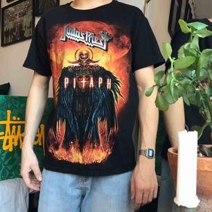 Vintage Judas Priest bandtröja med eldtryck i sjuka färger! 💥🔥 Häftigt tryck på ryggen också, riktigt bra skick! Storlek medium i samma blank (Hanes) som Supreme har i sinna standard tröjor! 👀 Möts i Stockholm eller lägg till för frakt! 📦