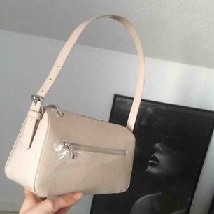 Snygg och trendig beige väska. I nytt skick då den enbart är använd 2 gånger. Frakten kostar 45 kr som köparen betalar.