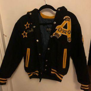 """Skit cool """"college"""" jacka köpt från beyond retro  Står inte nån storlek på jackan men skulle gissa på att den Max passar en s Köparen står för frakt"""