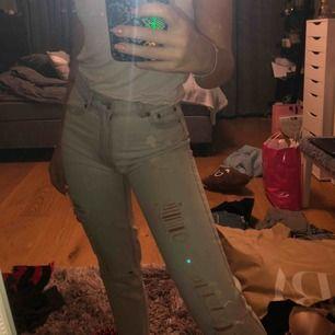 Fina mjuka jeans från Pull & Bear, väldigt väldigt ljusblåa med bruna sömmar. Frakt kostar 60kr