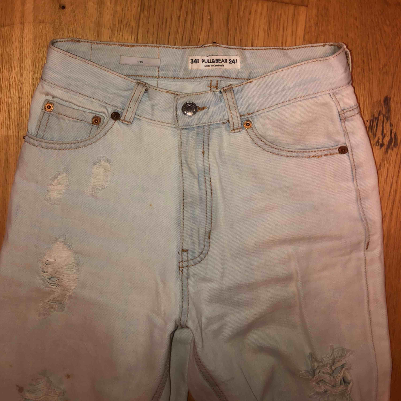 Fina mjuka jeans från Pull & Bear, väldigt väldigt ljusblåa med bruna sömmar. Frakt kostar 60kr. Jeans & Byxor.