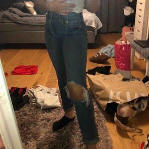 Fina jeans från Gina i väldigt skönt material. sparsamt använda så väldigt bra skick. Frakt kostar 60kr