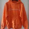 Orange Champion tröja i storlek S, skulle tro att den nog passar M också. Finns en liten fläck nedtill på ena ärmen (se bild 2) och snöret är borttaget. Den är inte fullt lika mörkt orange som på bilderna. Fraktkostnad blir 88kr.