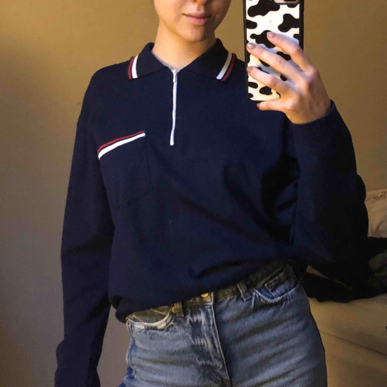 Säljer denna blå långärmade tröjan! Riktig snygg men har inte använt den så säljer den nu! Den är egentligen från mansavdelningen så den är snyggt  oversized. pm vid frågor. Tröjor & Koftor.