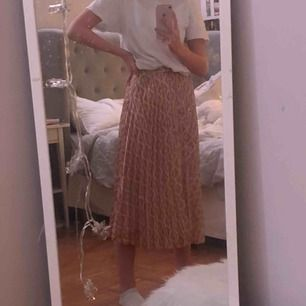 Säljer min jättefina plisserade kjol. Trendig nu till våren och jätteskön på sommar också💕 vet inte vart jag har köpt den men den är i fint skick💖 Möts upp i Stockholm eller fraktar💓
