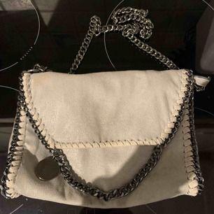 Grå/beige väska, liknar Stella McCartney. väldigt rymlig. 150kr + frakt