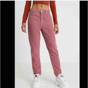Jättefina Rosa Manchester byxor från Urban outfitters i storlek 34 (W24 L30). Frakt ligger på runt 60kr:)