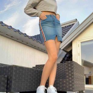Blå jeans kjol med vit blå och röd randar på sidorna från new yorker. Användes en gång. Frakt ingår inte.