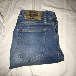 Säljer dessa fina ljusblåa bootcut jeans från crocker då jag inte använder dom längre💕 Är 163 cm lång, Köparen står för frakt!