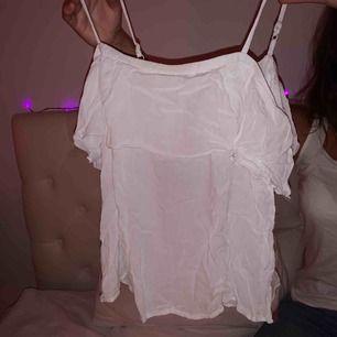 Fint vitt sommar linne från Cubus, bra skick. Säljer pga att den aldrig används längre.