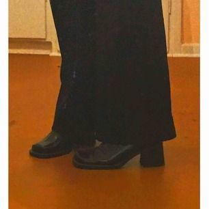SLITNA men väldigt SNYGGA boots! Det är mest slitage vid dragkedja  men inget som påverkar självaste skon (går säkert att fixa hos skomakaren eller med lite, lim diy-style) . Säljer för de är för snygga för att slänga men används för sällan! 🤧💕🤝