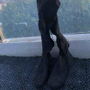 Svarta skor som går till knän. Aldrig använts på grund av att dom var för små. Frakt ingår inte.