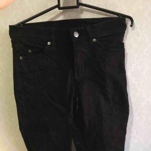 Svarta jeans från cheap monday. Strlk 24-32. Har redan ett par svarta jeans så jag säljer dessa. Unisex. Låte dammiga/håriga på bilden(syns på knappen) men jag kommer att tvätta dem innan dem säljs. Jag står ej för frakt.