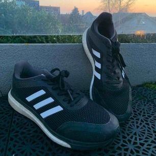 Svarta och vita Adidas träning skor. Aldrig använts på grund av att dom var för små för mig. Frakt ingår inte.