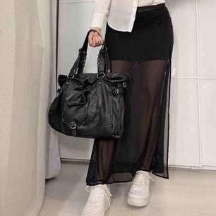 Långkjol från h&m i storlek 32. Har en kort inre kjol samt en genomskinlig överkjol som är lång. Slits på båda sidorna. Lite nött längst ner (se sista bilden) men det syns knappt. Köparen står för frakten.