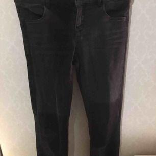 Svarta jeans med ljusa partier. Fransar vid ankelslutet Bara använda ett fåtal gånger för dem passar inte mina ben. Jag står ej för frakten.