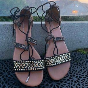 Guld snygga sommar skor ifrån Amerika. Snören är långa så man kan snöra runt benen för ett coolt look. Använts aldrig på grund av att dom var för små. Frakt ingår inte.