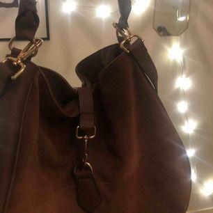 Väldigt snygg och användbar väska ifrån H&M! Man får plats med troligt mkt i den och det finns ett längre band och ett kortare :) otroligt snygg men har inte används mycket alls 💔 köparen betalar eventuell frakt ;)