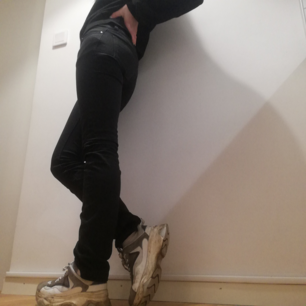Svarta jeans från Tiger of Sweden i modellen Skogsberg, stl 26/32. Lite långa på mig som är 169 cm men snygga att vika upp som på sista bilden. Frakt 59 kr.