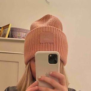 Säljer min jättefina acne studios mössa i rosa då jag inte får den till användning. Den är använd några fåtal gånger men inte många gånger.  jättebra skick och ser nästan helt ny ut. Originalpris 1100kr. Kan mötas i Stockholm helst Östermalm/Vasastan