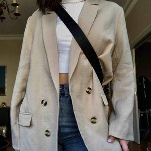 (bild lånad från kompis pga vi säljer samma haha) Säljer denna blazern! Knapp använd men skitsnygg iaf, pm vid frågor