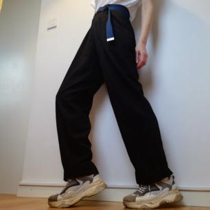 Svarta oversize relaxed kostymbyxor i stl M, funkar dock bra på mig som har stl XS med skärp i midjan. Hög midja och raka vida ben. Jag på bilden är 169 cm. Frakt 42 kr.