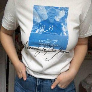 En cool tröja från weekday som är en typ av limited edition. Säljs på grund av att den tyvärr inte används längre. Jag skulle säga att den är unisex men det är då storlek S för killar och storlek M för tjejer då. Skicka för fler bilder och information💕