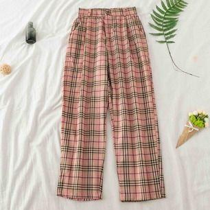 Ljusrosa rutiga byxor i tunnare tyg, perfekt till våren! Säljer pga att de inte passar mig. Frakt ingår i priset💞