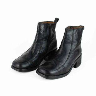 Vintage 90s 00s Y2K Bronx leather block heel square toe ankle boots in black Label: 40, feels smaller though, like 38.5. Judged by a person with size 38 Free shipping! Read the full description at our website majorunit.com No returns