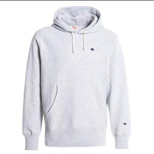 Intressekoll på grå champion reverse wave hoodie. Använd några gånger men inga synliga slitningar eller fläckar. Det står att den är large men är ganska liten i storleken. Nypris är lite över 1000 kronor. Hör av er om ni är intresserade och om prisförslag!