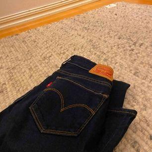 Levis jeans 715 bootcut 25 i midjan men funkar på 24-26, mörkblåa med bruna/beiga sömmar, pris kan diskuteras  Exklusive frakt