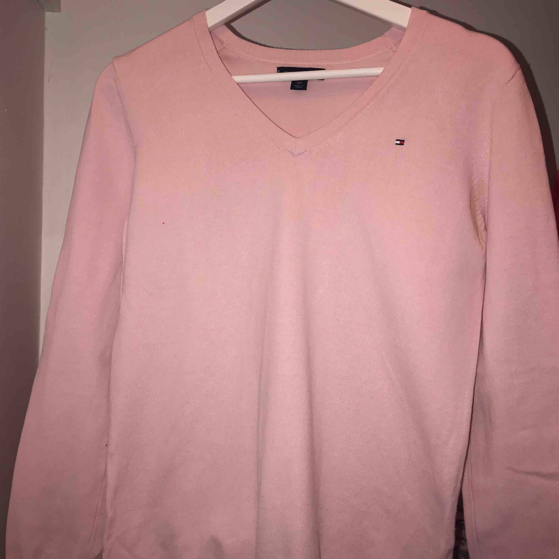 Snygg rosa V-ringad tröja köpt på Tommy Hilfiger i USA!! Jättefint skick, bara använd 3ggr💗 Frakt tillkommer eller möts upp i Karlskrona☺️ Bara o höra av sig för mer info eller om du vill diskutera pris!!. Tröjor & Koftor.