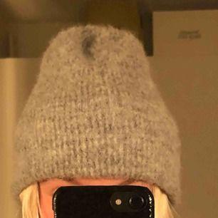 Superfin och varm grå mössa från Samsøe Samsøe! Nypris 400kr, bra skick!