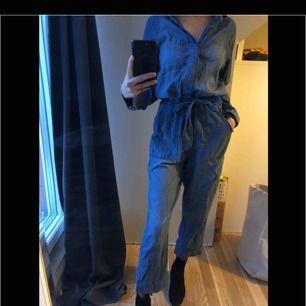 Supersnygg jumpsuit i tunnare jeans material. Lite skrynklig på bilden men som styrkt är den bomb!