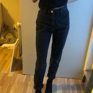 Svarta/urtvättade jeans. Lite baggy.