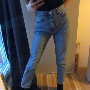 Jeans från weekday, passar en XS-S. Säljer pågrund av lite stora i midjan just nu.