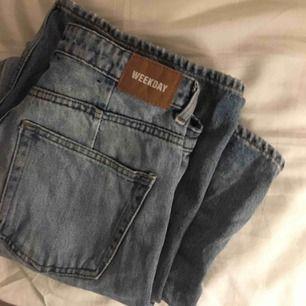 Skit snygga och moderna vida jeans från weekday. Dem är tighta i rumpan men vida därifrån. Frakt tillkommer på ca 80. I perfekt skick.
