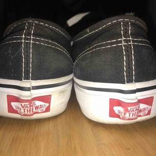 Säljer mina svarta authentic Vans!!! Kommer inte till användning längre. Helt ok skick, tvättar både skorna och snörena innan jag skickar de☺️ Frakt tillkommer, eller möts upp i Karlskrona💕