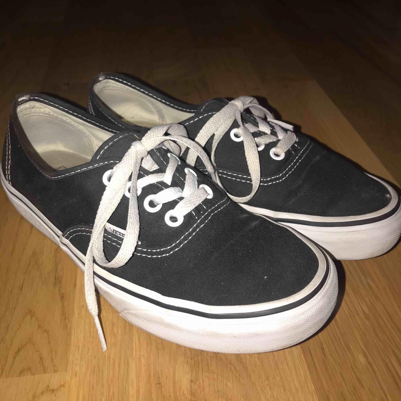 Säljer mina svarta authentic Vans!!! Kommer inte till användning längre. Helt ok skick, tvättar både skorna och snörena innan jag skickar de☺️ Frakt tillkommer, eller möts upp i Karlskrona💕 . Skor.