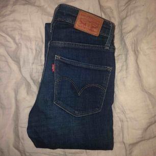 Levis jeans, modell 721 high rise skinny. Inköpta för 1000kr. Säljer pga lite användning. Jättebra passform och supersköna!