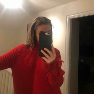 Säljer en jättefin röd stickad tröja från Gina tricot. Den är i storlek s men beroende på hur man vill att den ska sitta fungerar den för både xs och M.  I väldigt fint skick, säljer pga att den inte kommer till användning. Frakt tillkommer på 70kr