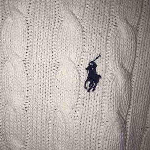 Ralph Lauren kabelstickad tröja köpt på Ralph Lauren i USA!! Jättemysig och fint skick💕 Lite frakt tillkommer eller möts upp i Karlskrona☺️ Bara kontakta mig för mer info eller för att diskutera pris!!