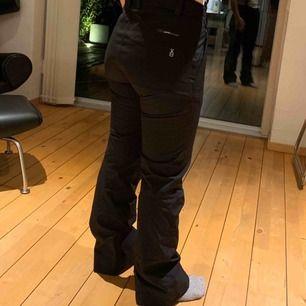 Skidbyxor som sitter som ett tajt vid låren och rumpa och löst vid vaderna. Det är en bootcut modell och sitter väldigt skönt på. De har också hängslen. Mycket bra skick och perfekt till vecka 7/8/9/10:);)
