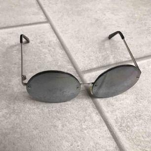 Lite småsmutsiga mörkgrå solglasögon från Monki