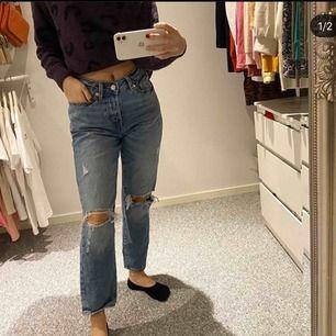 Supersnygga mellanblå slitna girlfriend jeans, endast provade och var tyvärr något stora på mig som är en liten xs! 🥰