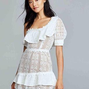 Säljer jätte fin klänning från for love and lemons men tyvärr för liten för mig. Köpte den begagnad av Lovisa Barkman, i väldigt bra skick och spårbar frakt ingår. Nypris: ca 2500kr