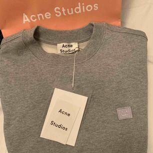 Säljer denna nya acne tröja! Det är barnstolek M men sitter som en S! För stor på mig! Aldrig använd! Uppe igen pga av oseriös köpare.