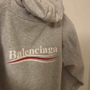 en äkta balenciaga hoodie. sitter bra på en XS också. sparsamt använd och har inga skavanker. låda från mytheresa (vart den är köpt) + kvitto och tag medföljer! pm för mer info!
