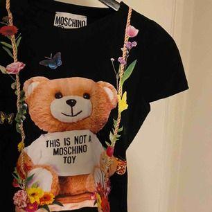 moschini t-shirt. inga skavanker alls och knappt använd. vet inte om den är äkta eller fake. kan gå ner i pris. pm för mer info.